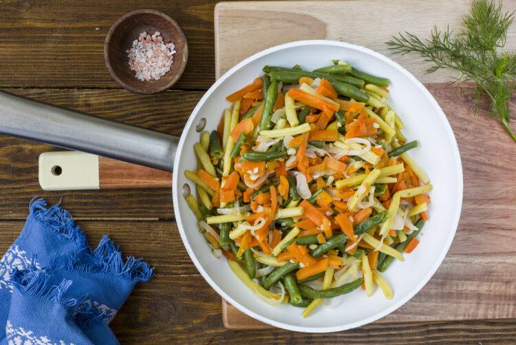Biała kiełbasa z warzywami z patelni - krok 2