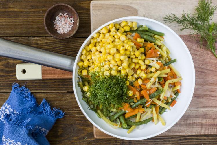 Biała kiełbasa z warzywami z patelni - krok 3