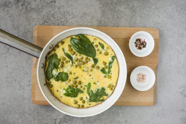 Omlet z groszkiem, cukinią i szpinakiem - Krok 4