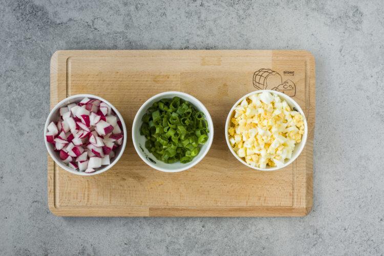 Pasta jajeczna z groszkiem i rzodkiewką - krok 2
