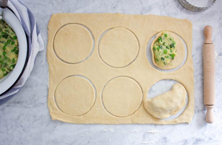 Pieczone pierogi z ziemniakami i groszkiem - Krok 6