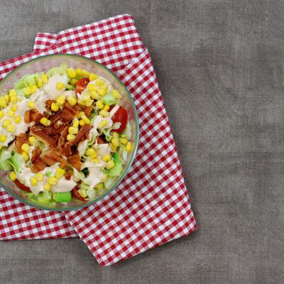 Sałatka z kukurydzą, boczkiem i awokado
