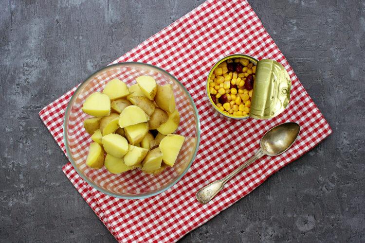 Kolorowa sałatka z ziemniakami - Krok 2