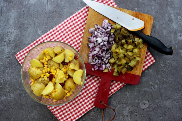 Kolorowa sałatka z ziemniakami - Krok 3