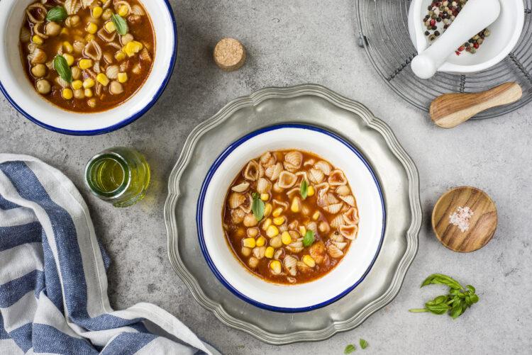 Zupa pomidorowa z makaronem i ciecierzycą - Krok 6