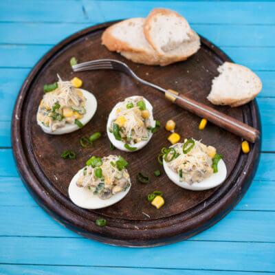 Jajka faszerowane pieczarkami i kukurydzą - Krok 1