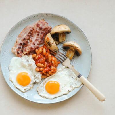 Śniadanie angielskie z pomidorową fasolką