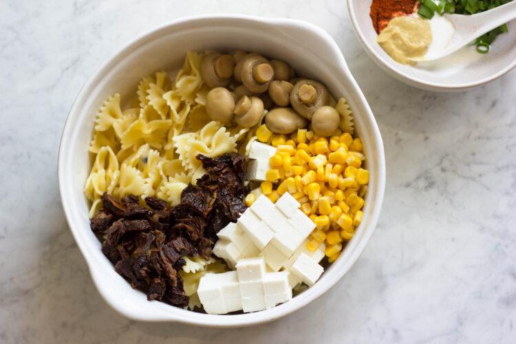 Sałatka makaronowa z marynowanymi pieczarkami, suszonymi pomidorami, kukurydzą i fetą - Krok 2