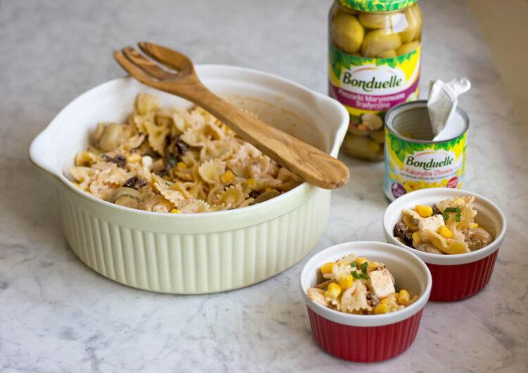 Sałatka makaronowa z marynowanymi pieczarkami, suszonymi pomidorami, kukurydzą i fetą - Krok 4