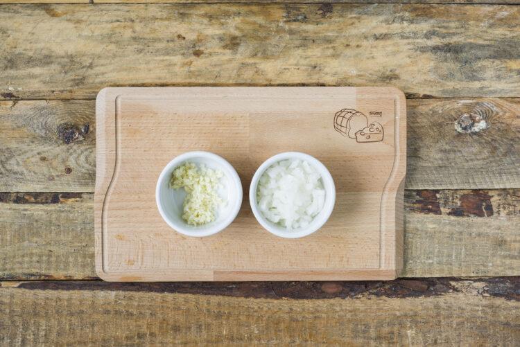 Dorsz z warzywami z patelni - Krok 1