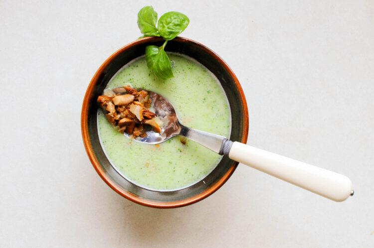 Zielona zupa z kurkami