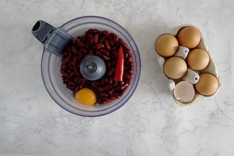 Ciasto czekoladowe z czerwonej fasoli z chili - Krok 1