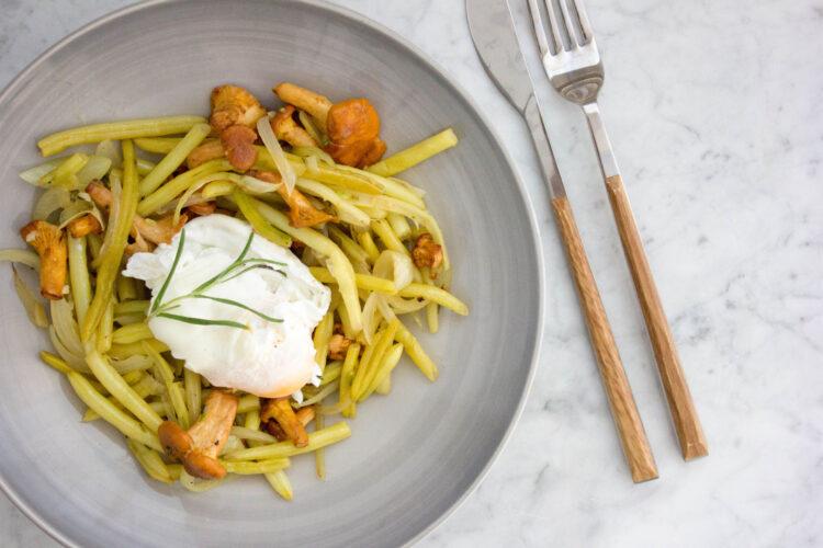 Fasolka szparagowa z kurkami i jajkiem w koszulce