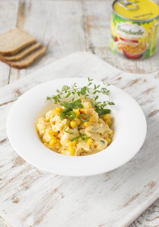 Jajecznica z kukurydzą, chili i świeżymi ziołami