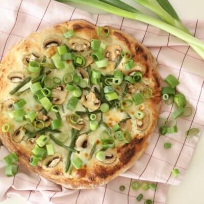 Pizza z fasolką szparagową, pieczarkami i szczypiorkiem