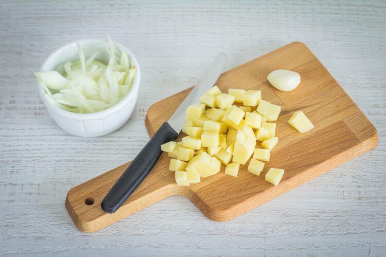 Krem z zielonych warzyw z jajkiem w koszulce i pesto - Krok 1