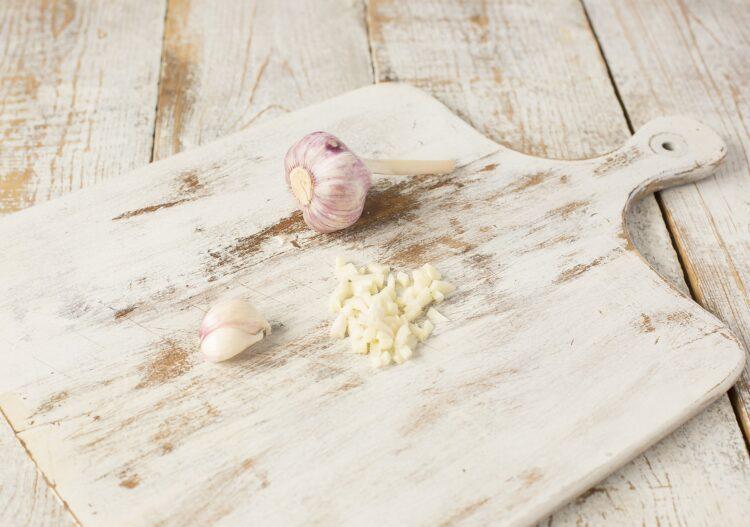 Sos czosnkowy z białą fasolą - Krok 1