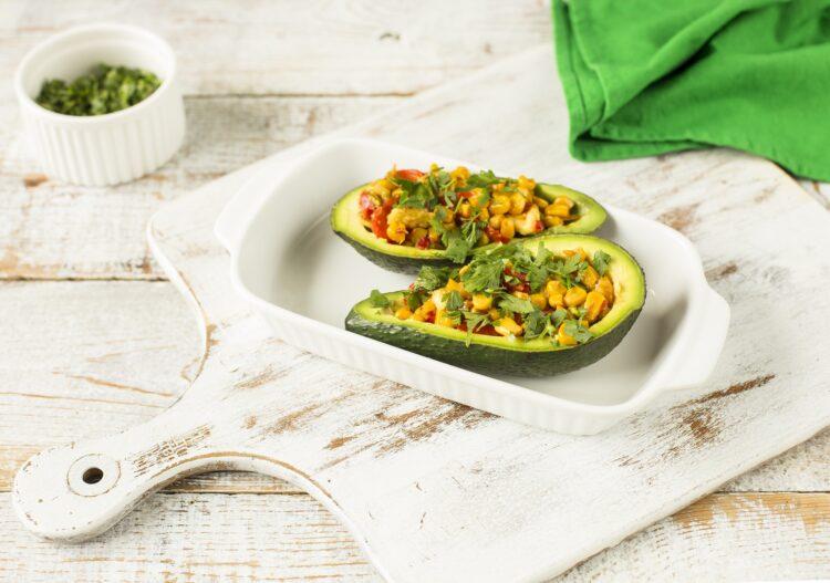 Awokado nadziewane kukurydzą i sezonowymi warzywami - Krok 4