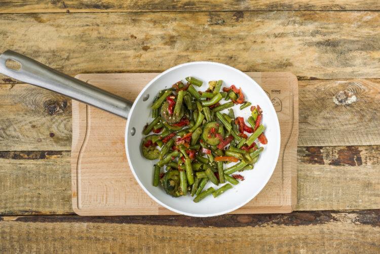 Dorsz z warzywami z patelni - Krok 4