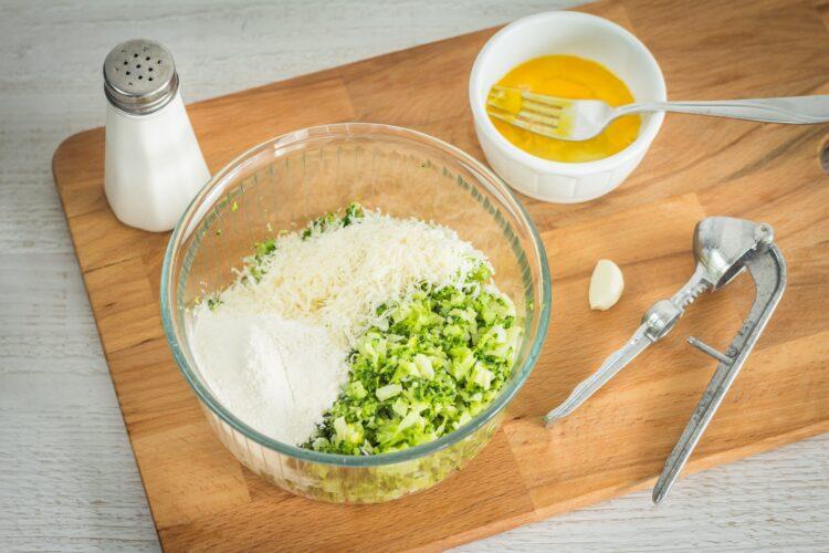 Brokułowe racuszki z bekonem i jajkiem sadzonym - Krok 2