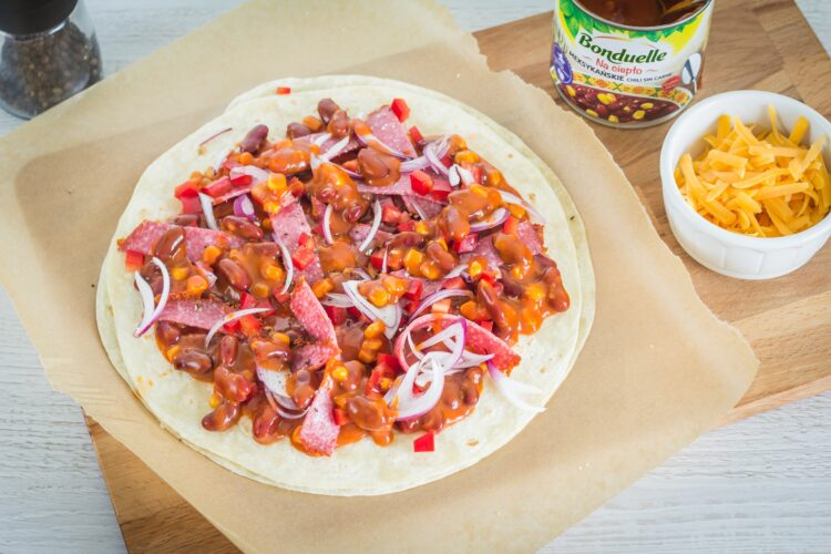 Meksykańska pizza na placku tortilli - Krok 3