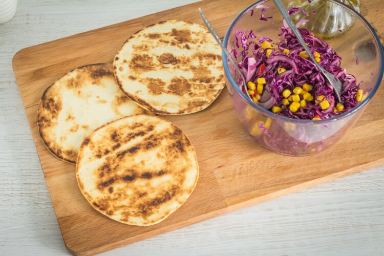 Tacos z mieloną wołowiną i pikantną surówką z czerwonej kapusty z kukurydzą - Krok 4