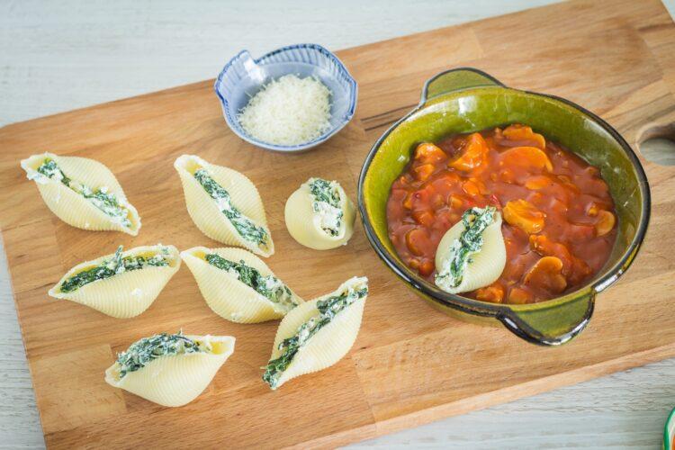 Conchiglioni ze szpinakiem i ricottą zapiekane na leczo pieczarkowym - Krok 3