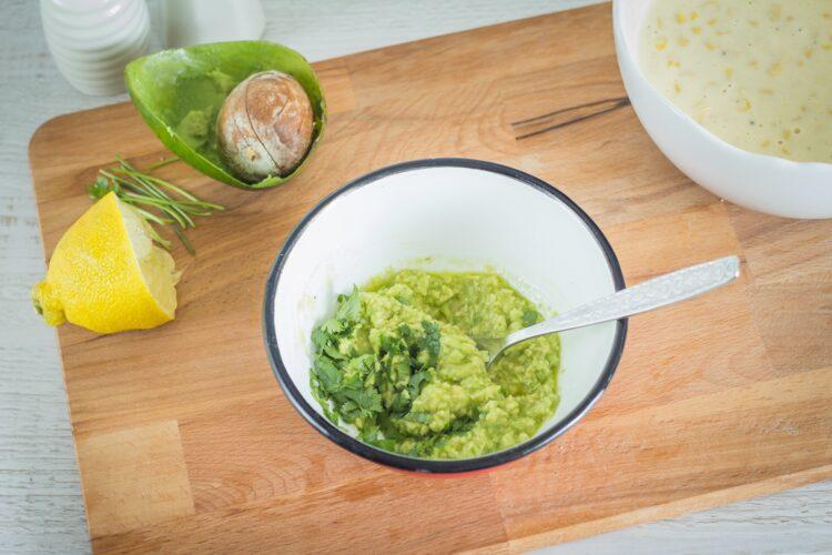 Racuszki kukurydziane z guacamole i czerwoną cebulą - Krok 2