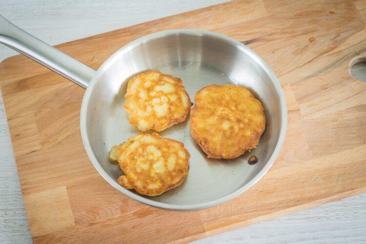 Racuszki kukurydziane z guacamole i czerwoną cebulą - Krok 4
