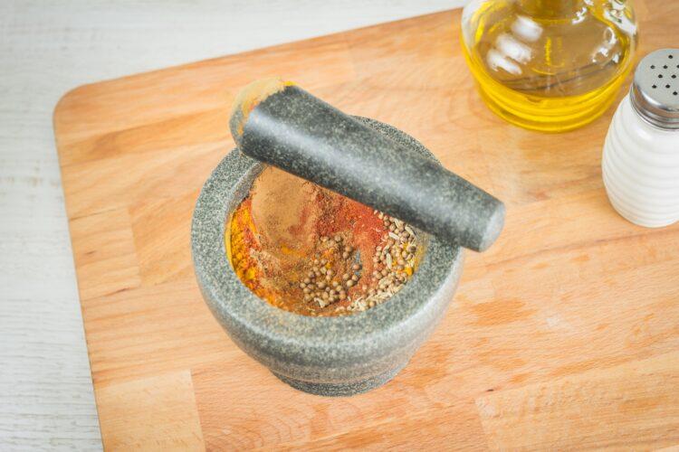 Orientalne klopsiki z soczewicy w sosie pomidorowym - Krok 1