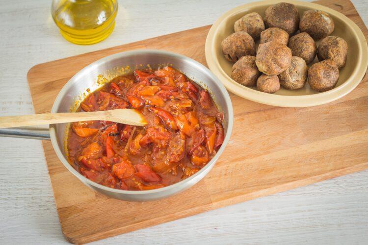 Orientalne klopsiki z soczewicy w sosie pomidorowym - Krok 5