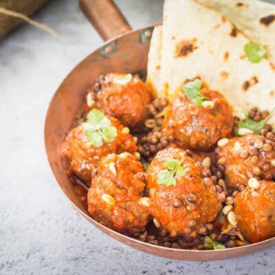 Orientalne klopsiki z soczewicy w sosie pomidorowym