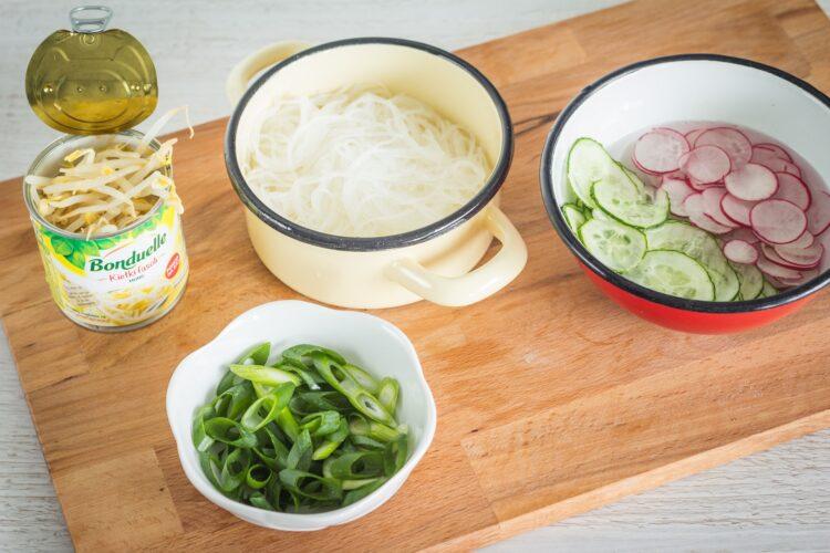 Azjatycka sałatka z makaronu ryżowego z kiełkami fasoli mung - Krok 2