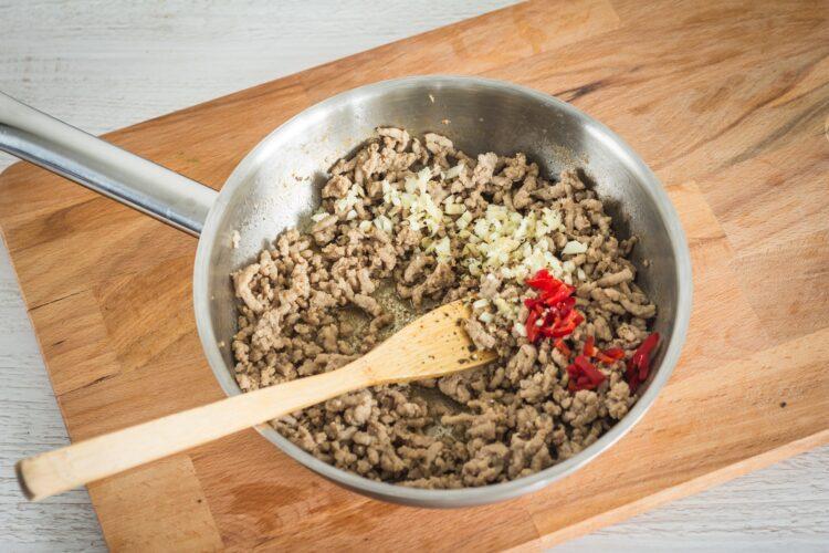Azjatycka sałatka z makaronu ryżowego z kiełkami fasoli mung - Krok 4