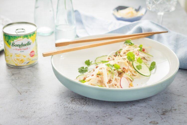 Azjatycka sałatka z makaronu ryżowego z kiełkami fasoli mung