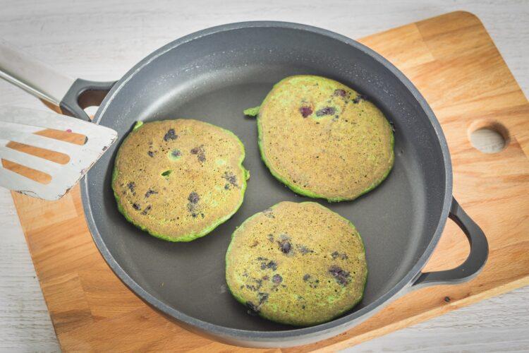Szpinakowe pancakes z borówkami i ricottą - Krok 3