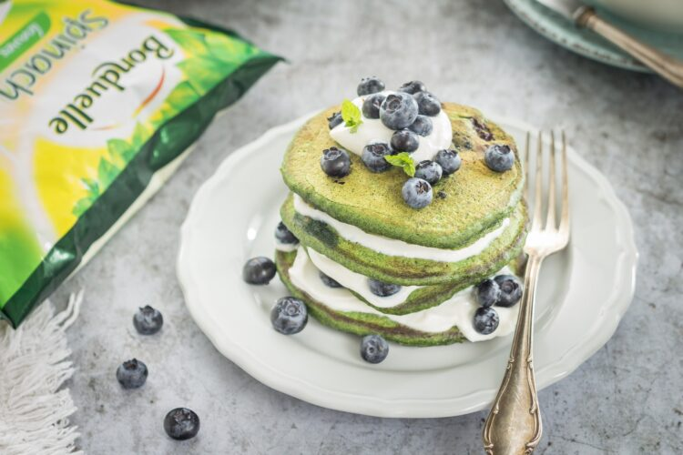 Szpinakowe pancakes z borówkami i ricottą