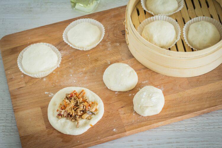 Drożdżowe bułeczki na parze z wieprzowiną i mieszanką chińską - Krok 4