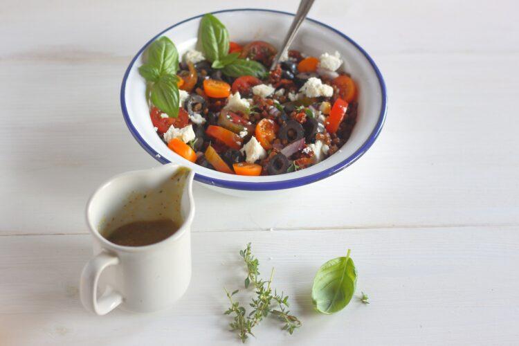 Sałatka z soczewicy z suszonymi pomidorami i fetą - Krok 5