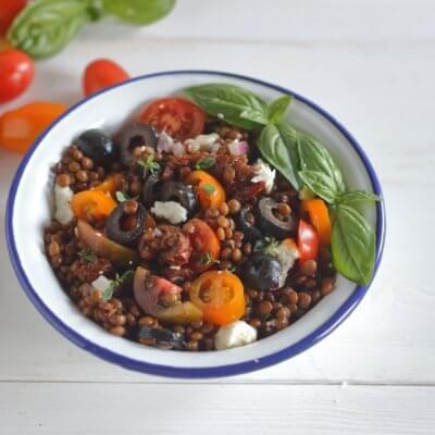 Sałatka z soczewicy z suszonymi pomidorami i fetą