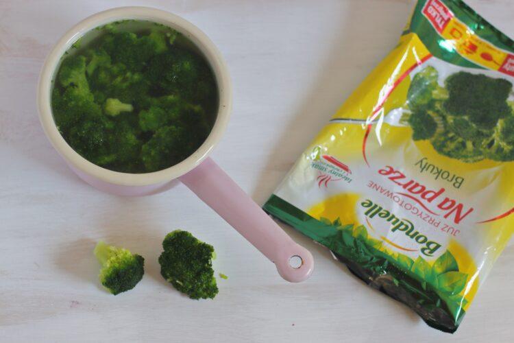Placki z brokułów z sosem   pieczarkowym z gorgonzolą - Krok 1