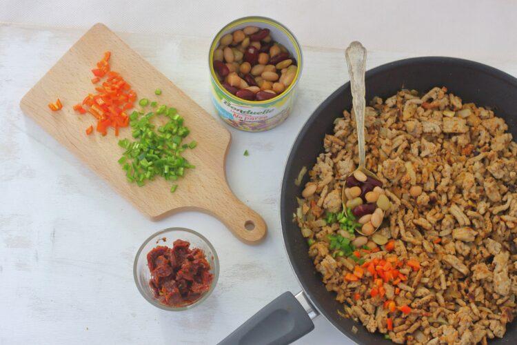 Meksykańska chimichanga z wieprzowiną, fasolą i cieciorką - Krok 2