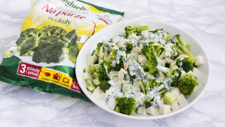 Chrupiąca zielona sałatka z ogórkiem, kalarepą i brokułem