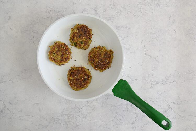 Miniburgery z kotletem z ciecierzycy i hummusem - Krok 5