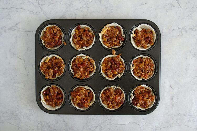Chili con carne zapiekane w miseczkach z tortilli - Krok 6