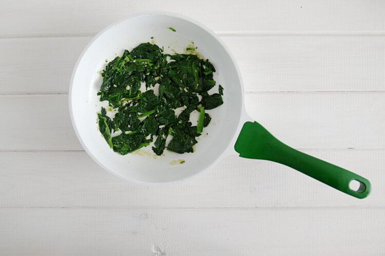 Jajka faszerowane na zielono z awokado i szpinakiem - Krok 2