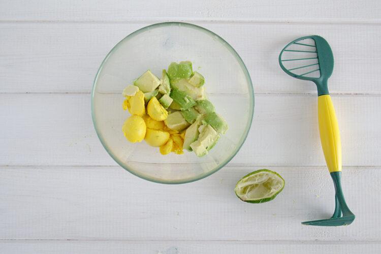 Jajka faszerowane na zielono z awokado i szpinakiem - Krok 4