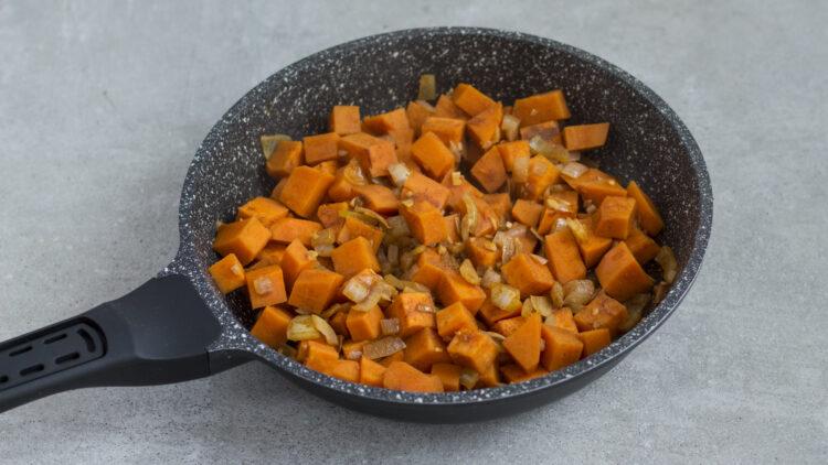 Marokańskie danie z jednej patelni z pomidorami, oliwkami, ciecierzycą, fasolą i batatem - Krok 2