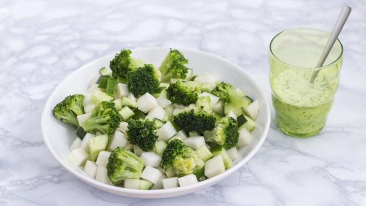 Chrupiąca zielona sałatka z ogórkiem, kalarepą i brokułem - Krok 4