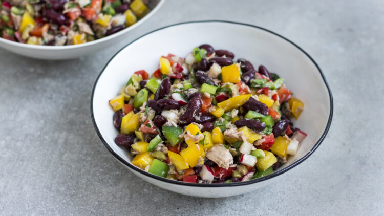 Sałatka z tuńczyka z drobno siekanymi warzywami i czerwoną fasolą - Krok 3